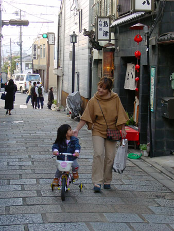 Mother and daughter, Kyoto.